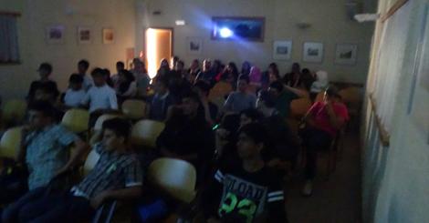 Gruppe schaut einen Film an