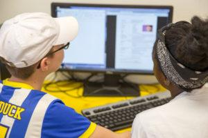 Jugendliche Arbeiten am PC