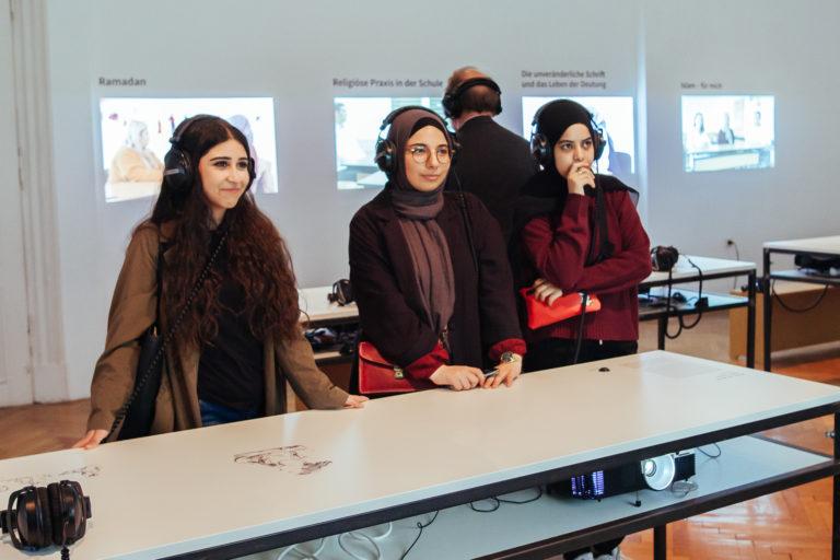 Junge Musliminen besuchen Ausstellung